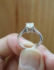 【ハリー・ウィンストン(Harry Winston)の口コミ】 ダイヤモンドを留めているツメがとてもよく考えられているので、実際のカ…