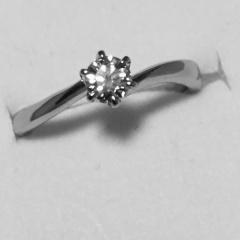 【4℃(ヨンドシー)の口コミ】 彼がサプライズで用意してくれたので、指輪の名前などはわかりませんが、…