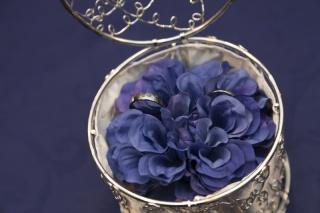 【プロドットコムの口コミ】 結婚式のテーマカラーが、二人ともが好きなブルーだったので、指輪の裏側を…