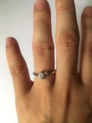 【festaria bijou SOPHIA(フェスタリア ビジュソフィア)の口コミ】 一般的な婚約指輪は、ダイヤ一粒というものが多いですが、ダイヤの横にピ…