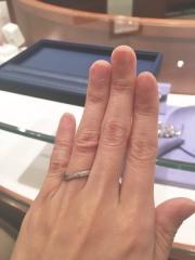 【銀座ダイヤモンドシライシの口コミ】 指が細いためウェーブした形の方が綺麗に見えると言われたのと、付けた時に…