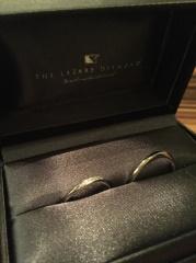 【ラザール ダイヤモンド(LAZARE DIAMOND)の口コミ】 まず、絶対に男女ペアのデザインでと決めてました。ストレートタイプ、V字…