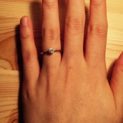 【俄(にわか)の口コミ】 婚約指輪は立て爪がいいと考えていました。 婚約する前は、むしろ婚約指輪…