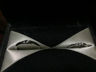 【エクセルコダイヤモンド(EXELCO DIAMOND)の口コミ】 新婦用リングのデザインが決め手でした。ダイヤモンドの3つの配列が真っ直…