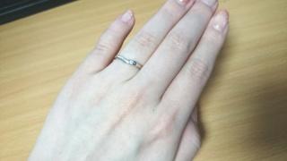 【TRECENTI(トレセンテ)の口コミ】 ∨字のラインで指が綺麗に見えるところ、婚約指輪と重ねづけができる…