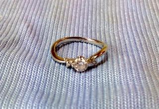 【Mr.MONDIAM & Ms.APHRODITE(ミスターモンディアムアンドミスアフロディーテ)の口コミ】 ダイヤの品質と、指を綺麗に見せてくれるデザインです。天然ホワイトメレダ…
