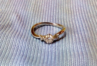【Mr.MONDIAM & Ms.APHRODITE Originalの口コミ】 ダイヤの品質と、指を綺麗に見せてくれるデザインです。天然ホワイトメレダ…