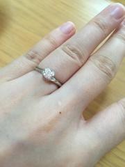【銀座ダイヤモンドシライシの口コミ】 私はデザイン重視で決めました。指輪を上からみると、お花の形になっていて…