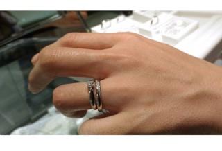 【PILOT BRIDAL(パイロットブライダル)の口コミ】 写真ではティファニーの指輪と重ね付けをしているのですが、それにも負けな…