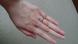 【ティファニー(Tiffany & Co.)の口コミ】 結婚指輪なので、シンプルで長く使えるものを探していました。特に女性は家…