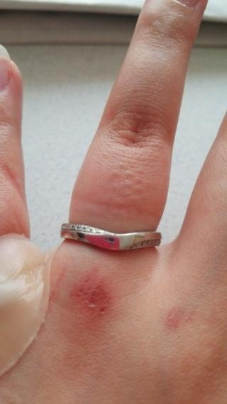 【Something Blue(サムシングブルー)の口コミ】 私の指は短いので少しでも長く見える様にVラインの指輪が欲しかったのと、…
