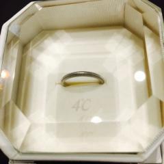 【4℃(ヨンドシー)の口コミ】 手持ちのリングや婚約指輪と重ねてつけたかったので、華奢な結婚指輪を探…