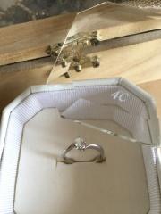 【4℃(ヨンドシー)の口コミ】 まず、第一印象です。ダイヤモンドの輝き方とねじれて交差するようなフォ…