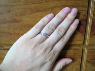 【銀座ダイヤモンドシライシの口コミ】 婚約指輪を探していたのですが、婚約指輪の定番の形である、たて爪のあるデ…