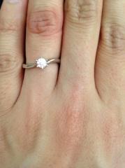 【4℃(ヨンドシー)の口コミ】 大きすぎず小さすぎないダイヤモンドが気に入りました。また、派手なデザイ…