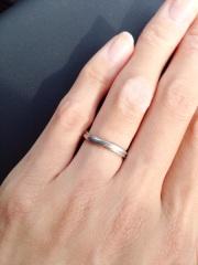 【銀座ダイヤモンドシライシの口コミ】 斜めに見えるデザインのため指が細く見えました。また指輪自体が細いのも指…