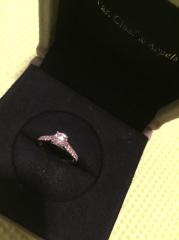 【ヴァン クリーフ&アーペル(Van Cleef & Arpels)の口コミ】 一目見て婚約指輪とわかるデザインで、一生に一度という特別感があったこと…