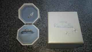 【Disney Cinderella(ディズニー シンデレラ)の口コミ】 デザインが一番の決め手でした。 婚約指輪なので、見た目(見栄え)を重視…