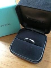 【ティファニー(Tiffany & Co.)の口コミ】 ティファニーの婚約指輪を購入済みでしたので、重ねてつけて綺麗なように、…
