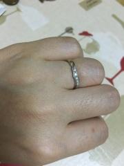 【俄(にわか)の口コミ】 手の甲に向かって少し波うったデザインで、個性があります。指が太く短いの…