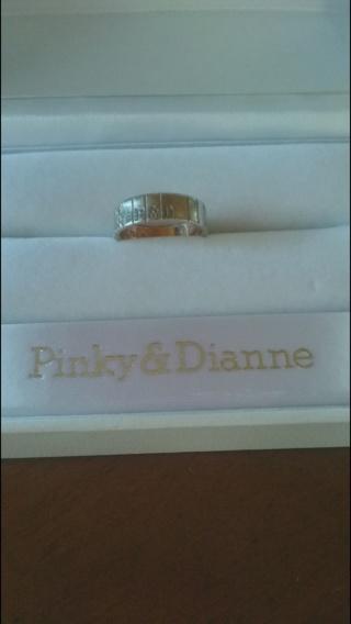【Pinky&Dianne(ピンキー&ダイアン)の口コミ】 リングの縦の長さに合わせて、ダイヤモンドが3個ついます。表面はプラチナ…