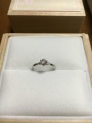 【宝寿堂(ほうじゅどう)の口コミ】 サイドの2つのダイヤが真ん中の大きなダイヤにそって、とても自然な綺麗な…