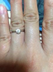 【アイプリモ(I-PRIMO)の口コミ】 婚約指輪のイメージはシンプルなものをずっと想像していました。 普通の土…