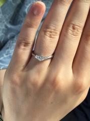 【銀座ダイヤモンドシライシの口コミ】 指が太くコンプレックスだったのですが、勧めていただいたVの指輪が指にし…
