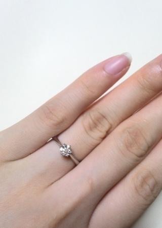 【銀座ダイヤモンドシライシの口コミ】 指が細く、すっきり見えるデザインがとても気に入りました。ダイヤモンド…