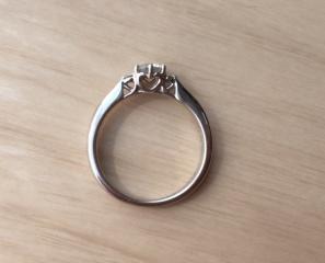 【アイプリモ(I-PRIMO)の口コミ】 王道の婚約指輪らしく、中心にダイヤがひとつあるものを探していました。そ…