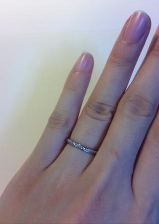【銀座ダイヤモンドシライシの口コミ】 指輪の形はまっすぐですが、ダイヤが切れ目なく斜めに入っていてどの角度か…