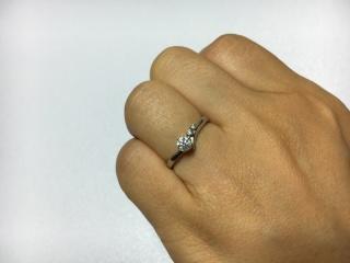 【4℃(ヨンドシー)の口コミ】 事前にゼクシィの指輪の写真を見ながら、婚約指輪といえば一粒ダイヤのシン…