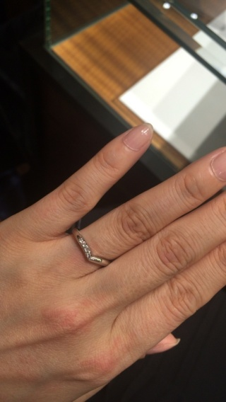【ラザール ダイヤモンド(LAZARE DIAMOND)の口コミ】 結婚指輪はV字でダイヤが少し入っているもので探していました。婚約指輪…