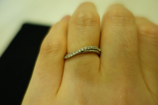 【garden(ガーデン)の口コミ】 私は指が短いので、少しでも長く見えるものを探していました。この指輪は斜…