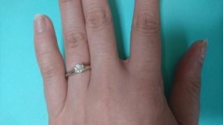 【ティファニー(Tiffany & Co.)の口コミ】 一粒ダイヤの指輪なので、シンプルで上品、そして飽きのこないデザインでと…