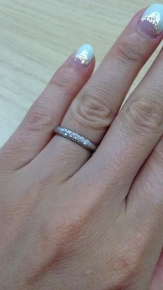 【ラザール ダイヤモンド(LAZARE DIAMOND)の口コミ】 ポイントは2つ。1つ目はリングの太さです。指が太いので、細めのリングで…