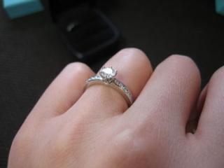【ティファニー(Tiffany & Co.)の口コミ】 婚約指輪なので、記念に残る指輪を購入しました。嫁さんも非常に喜んでも…
