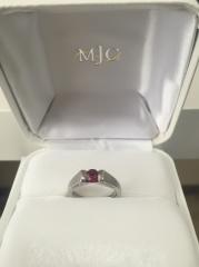 【MJC(三菱ジュエリーコレクション)の口コミ】 デザインがとても素敵で、ルビーの透き通った赤い輝きに一目惚れしてしま…