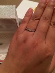 【カオキ ダイヤモンド専門卸直営店の口コミ】 婚約指輪を購入する際に、重ね付け出来る指輪、で探しました。 私の場合は…