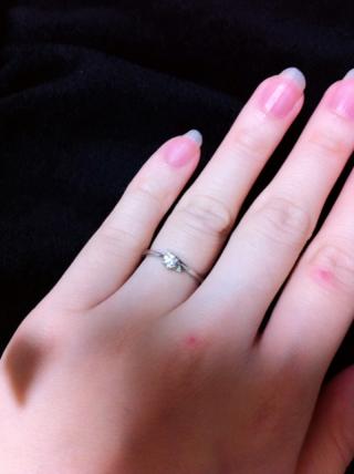 【サマンサティアラブライダル(Samantha Tiara Bridal)の口コミ】 ダイヤは小さめですが、3つついているので華やかなところと、 細めのS字…