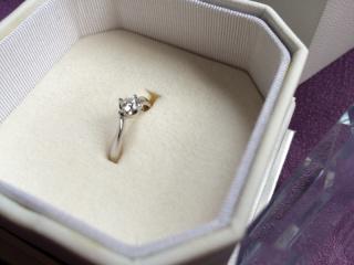 【4℃(ヨンドシー)の口コミ】 ダイヤモンドを支える台座がしっかりとしており、いかにも婚約指輪というよ…
