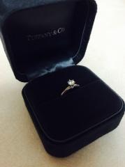 【ティファニー(Tiffany & Co.)の口コミ】 昔からティファニーの婚約指輪を贈られることに憧れがありました。 普段使…