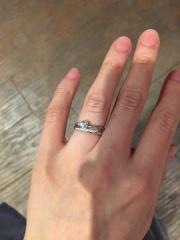 【ラザール ダイヤモンド(LAZARE DIAMOND)の口コミ】 斜めにダイヤがデザインされていてシンプルながらもかわいいなぁというのが…