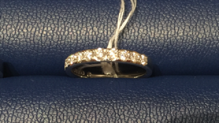 【銀座ダイヤモンドシライシの口コミ】 同ブランドでレール留めのハーフエタニティも試着したのですが、そちらがシ…