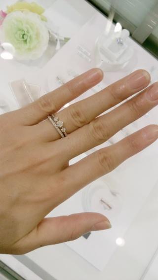 【Ponte Vecchio(ポンテヴェキオ)の口コミ】 こちらの指輪は、デザインにとても惹かれました。婚約指輪といえば真ん中…