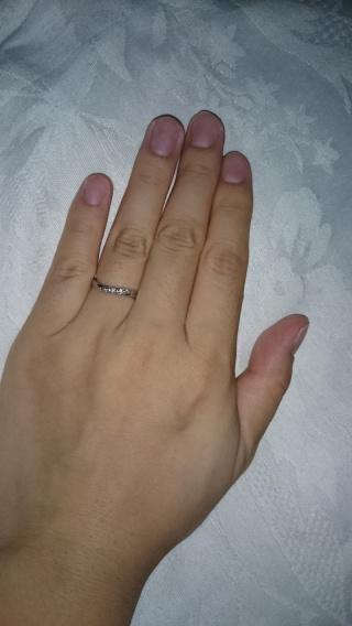 【スタージュエリー(STAR JEWELRY)の口コミ】 ずっと昔から細身の物が欲しかった。 カーブしているため指が細く見えるこ…