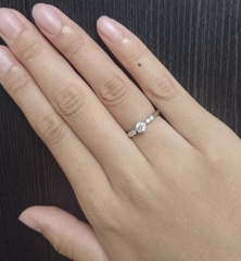 【ラザール ダイヤモンド(LAZARE DIAMOND)の口コミ】 指輪の形は実際見に行くまで石をリングが取り囲んでいるようなデザインに…