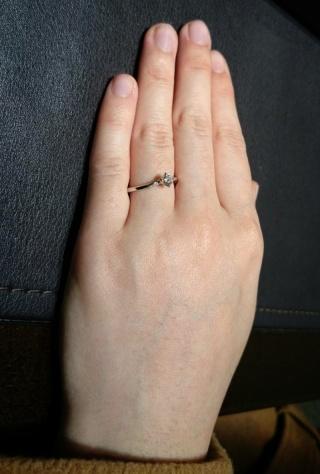 【俄(にわか)の口コミ】 「露」のように中心のダイヤも光り輝いているし、サイドの小粒のダイヤも…