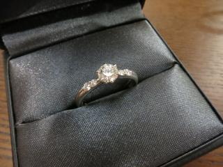 【ラザール ダイヤモンド(LAZARE DIAMOND)の口コミ】 プラチナ製で、メインのダイヤの両脇に1~2粒のメレダイヤが入った、王道…
