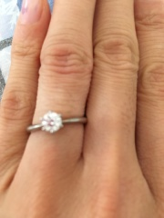 【アイプリモ(I-PRIMO)の口コミ】 指輪の決め手は、小さい頃から母が付けていたリングが、この一粒ダイヤ。一…